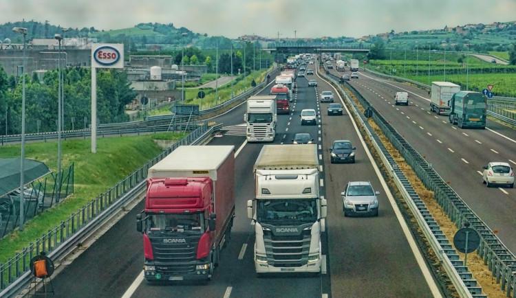 Nový systém výběru mýta první den dopravu nezkomplikoval