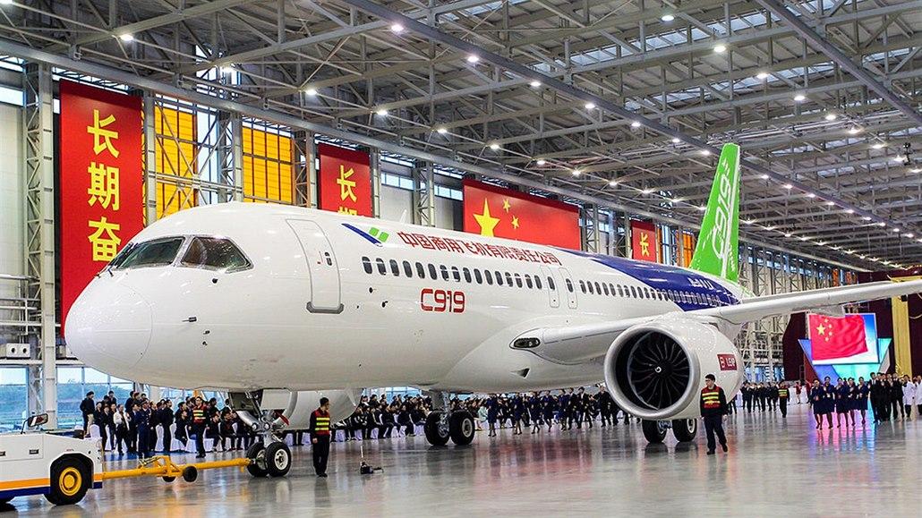 Čínský konkurent airbusů a boeingů nabírá další zpoždění