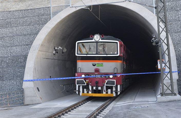 Po večerním požáru už Ejpovickým tunelem znovu jezdí vlaky