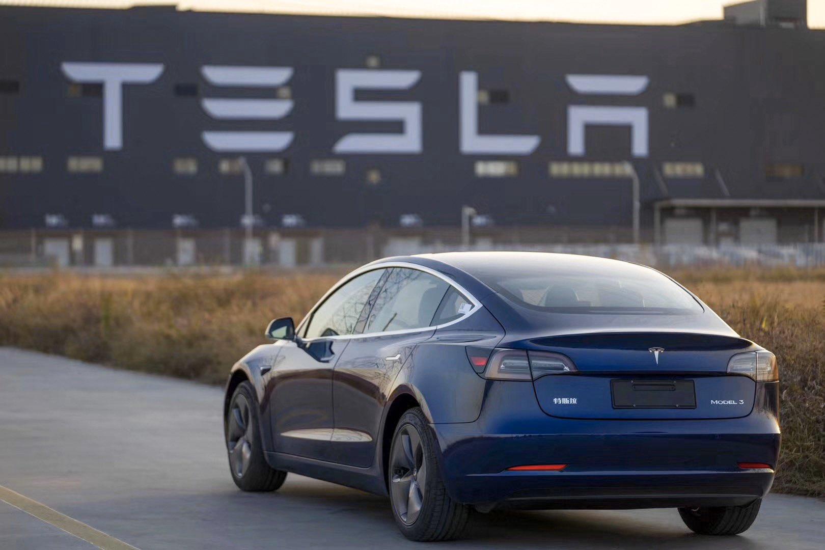 Tesla v loňském roce zvýšila dodávky elektromobilů o polovinu