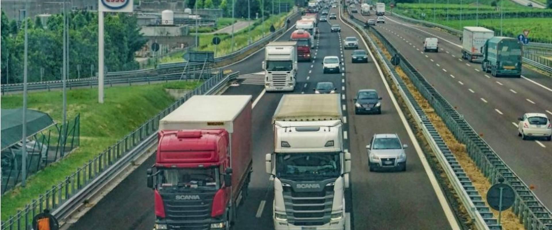 Kamionovým dopravcům ubývají zakázky, pětina propouští