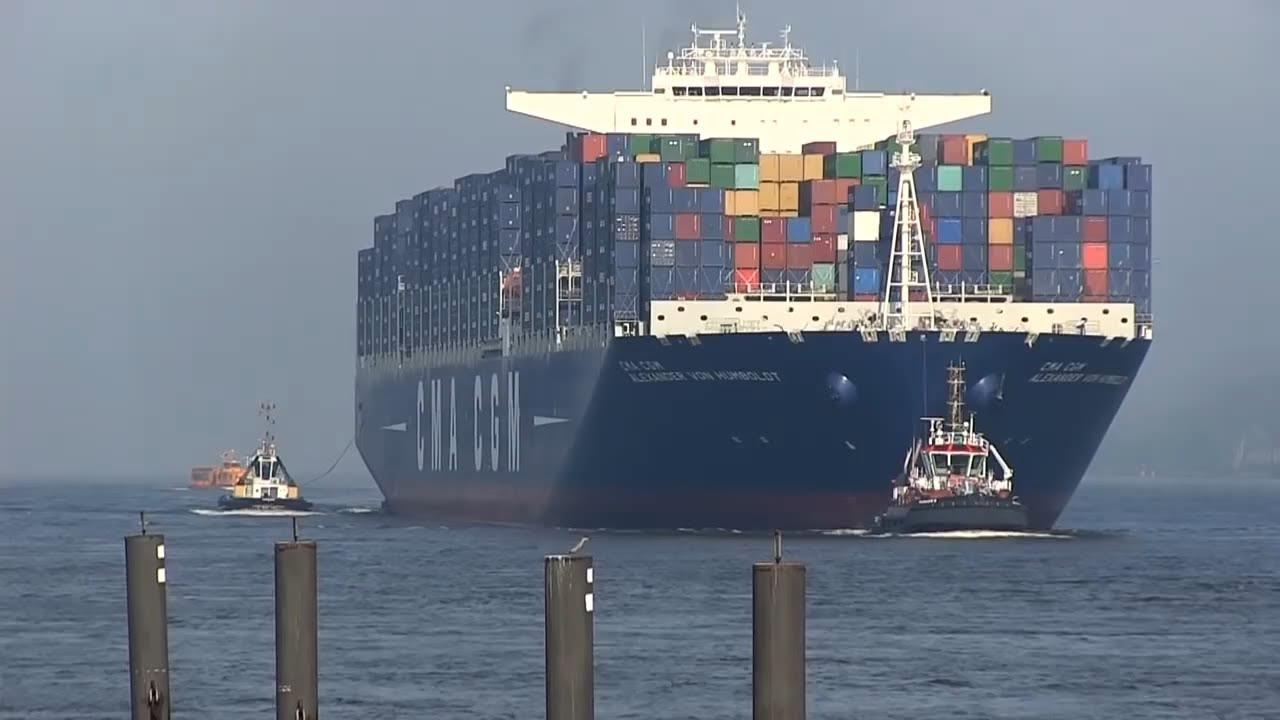 Do hamburského přístavu připlula největší nákladní loď na světě