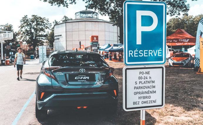Praha dostala pokutu 984.000 korun za pravidla stání pro hybridy
