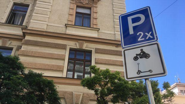 Brno zavádí značku ukazující místo pro zaparkování koloběžky
