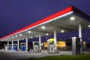 Index paliva: Kolik litrů paliva si můžete koupit za průměrnou mzdu v Česku i ve světě?