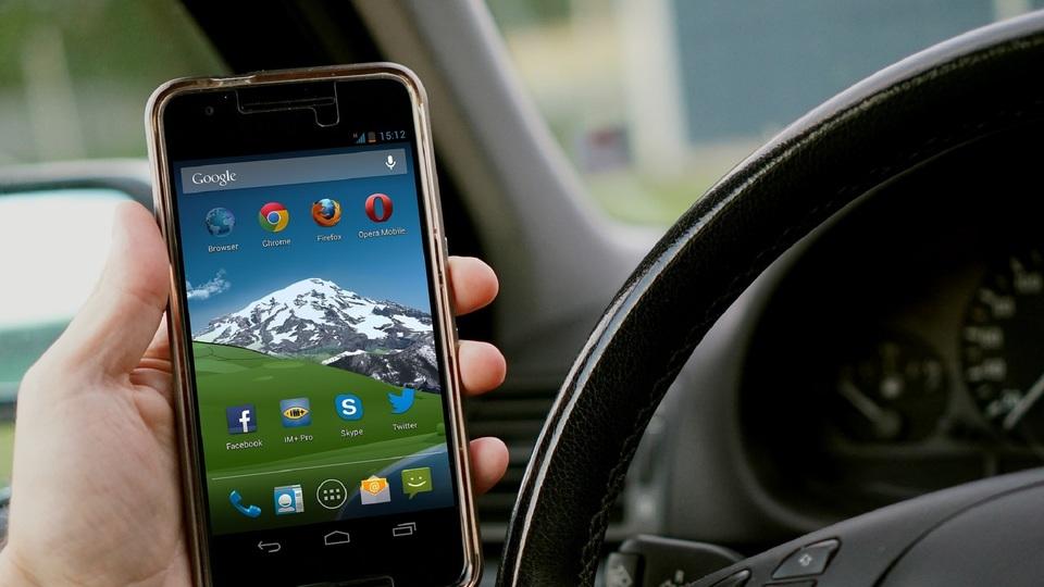 Průzkum: Řidiči stále častěji hrají za jízdy hry na mobilu