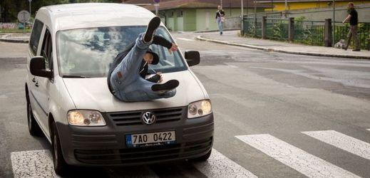 Za střety aut s chodci může často viditelnost, zima je kritická, varuje asociace Záchranný kruh
