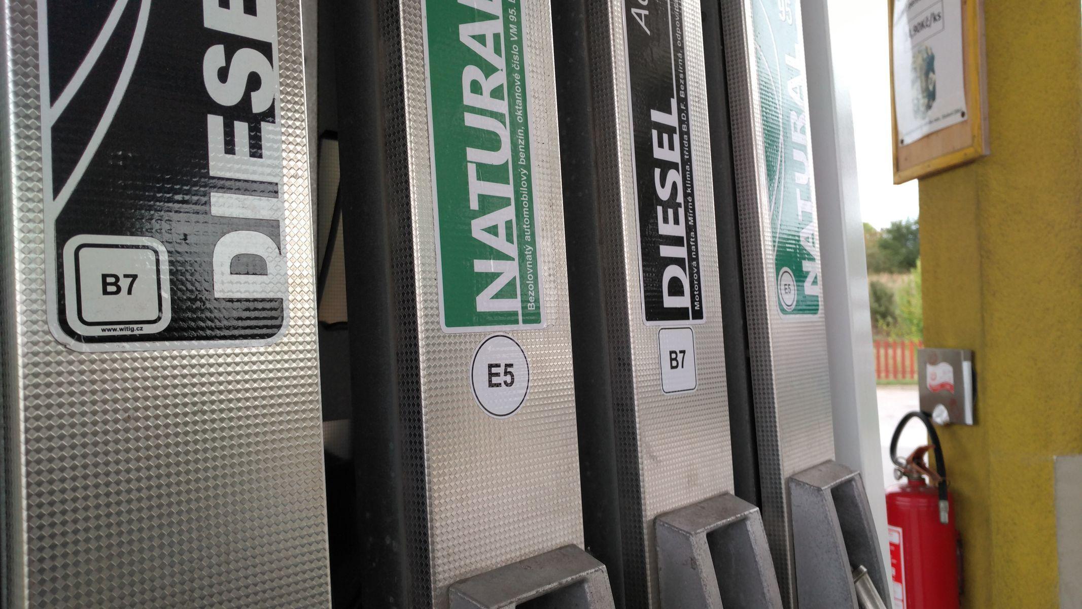 Nafta na pumpách zlevní, dopravcům pomůže v konkurenci