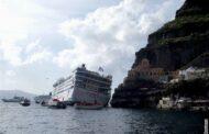 Ostrov Santorini 14 let bojuje za odstranění vraku výletní lodi
