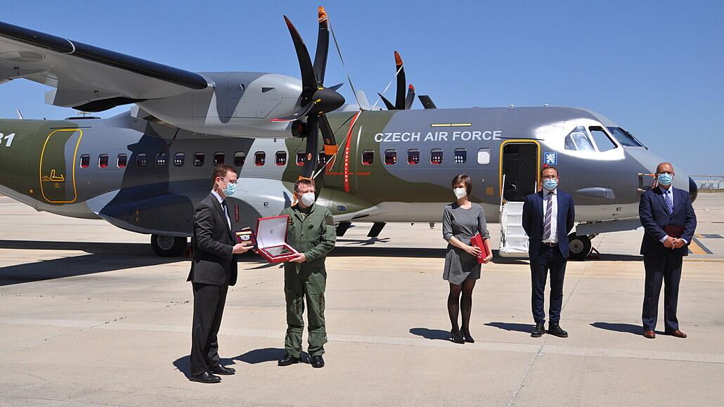 Zástupci ministerstva obrany převzali druhý stroj CASA