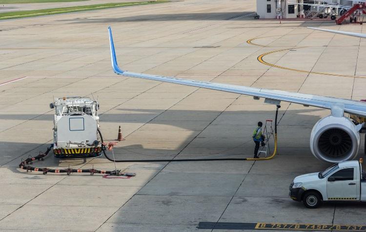 EK navrhne revizi zdanění energií, chce zdanit zanečisťující letecké palivo